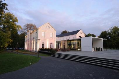 Max Ernst Museum Brühl des LVR (Seitliche Außenansich des Max Ernst Museums Brühl des LVR im Morgen- oder Abendlicht.)
