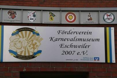 Vorderfront des Museums mit Beschilderung: Oben sind die Wappen von allen Karnevalsgesellschaften von Eschweiler und Stolberg die beim Föderverein Mitglied sind.