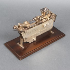 Modell einer Kniehebelspritzgussmaschine (1958)
