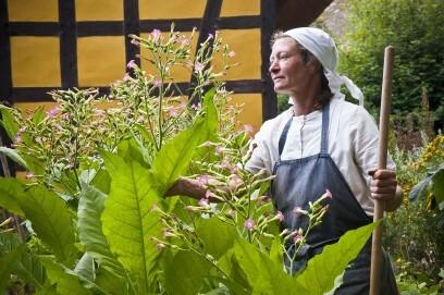 Die Museumsbäuerin im Garten des Hauses aus Kessenich