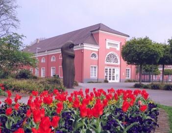 Gedenkhalle Oberhausen im Frühling