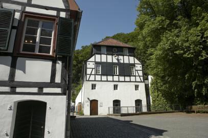 Die Papiermühle Alte Dombach stammt aus dem 17. Jahrhundert und war bis um 1900 in Betrieb. Bei der behutsamen Restaurierung der Gebäude wurden historische Techniken angewandt, so sind die Wände z. B. mit Staken und Lehm ausgefacht.