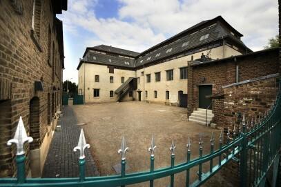 Fabrikhof der Tuchfabrik – mit dem 1801 als Papiermühle erbauten Hauptgebäude