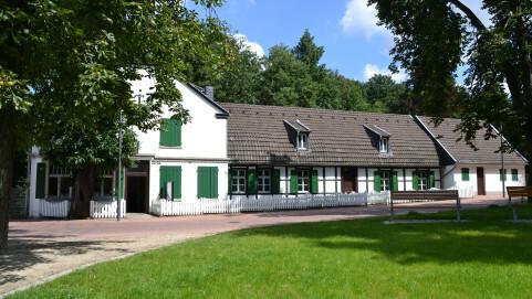 """Außenansicht des ehemaligen Direktorenhauses der St. Antony-Hütte, das heute die Dauerausstellung über die """"Wiege der Ruhrindustrie"""" beherbergt."""