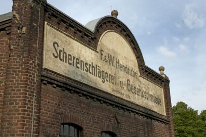 Eckfassade der Gesenkschmiede Hendrichs. Allein dieser Teil der Außenansicht wurde einst mit ästhetischem Anspruch gestaltet.