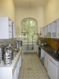Klinikküche, Darstellung einer typischen Kücheneinrichtung der 70er Jahre mit Küchenutensilien aus verschiedenen Jahrzehnten