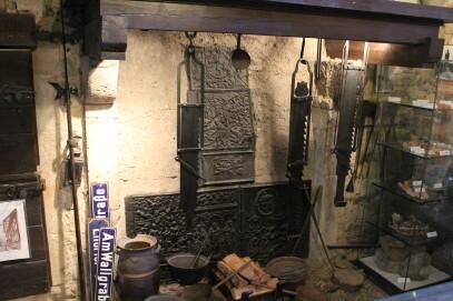 1. Stock: Wachstube - offene Feuerstelle mit Rauchfang