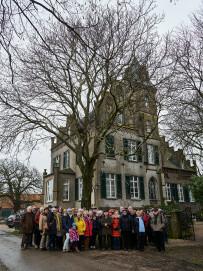 Besuchergruppe vor Gut Hogefeld in Rindern, wo 1825 zum ersten Male Käse (Gouda) her-gestellt wurde.