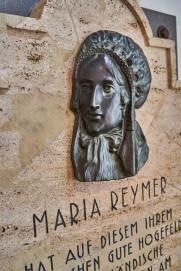 Gedenkplatte für Maria Reymer aus dem Jahr 1925 – 100 Jahre Käsefertigung